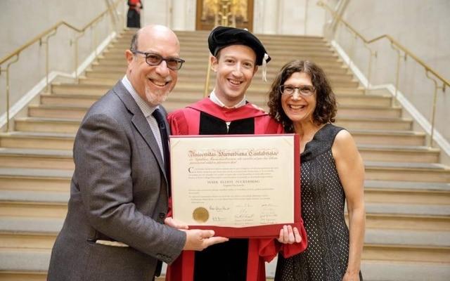 Zuckerberg com os pais em Harvard: empreendedor voltou à universidade que abandonou 12 anos depois