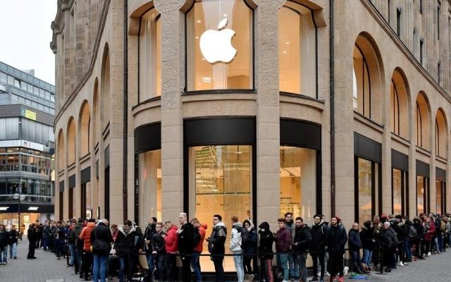 Em Colônia, no oeste da Alemanha, a fila dobrou a esquina desta loja da Apple na manhã desta sexta-feira, 3. Os consumidores esperavam para comprar o novo iPhone X, lançado em 50 países incluindo a Alemanha, onde o aparelho chega pelo equivalente a R$ 4.400.