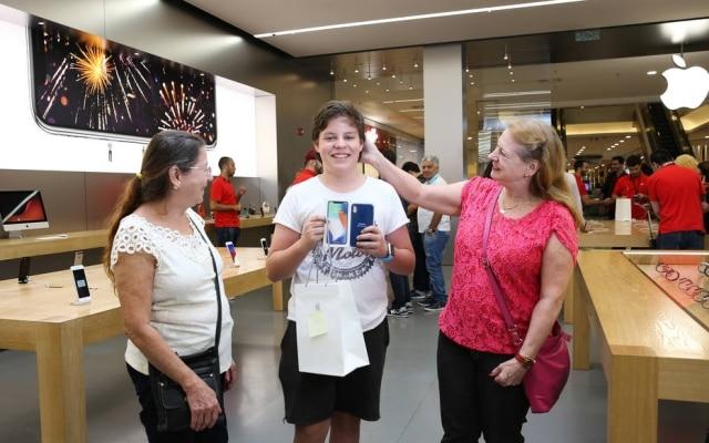 Gabriel ManzolliPrates, de 14 anos, veio de Araraquara para comprar o iPhone X, acompanhadoda avo, Ruth Manzolli, e da tia, Ivone Covaski, que mora em Sao Paulo