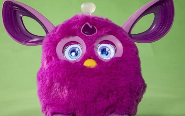 O boneco conectadoFurby, que é um brinquedo interativo que sorri para as crianças e ri quando recebe cócegas.
