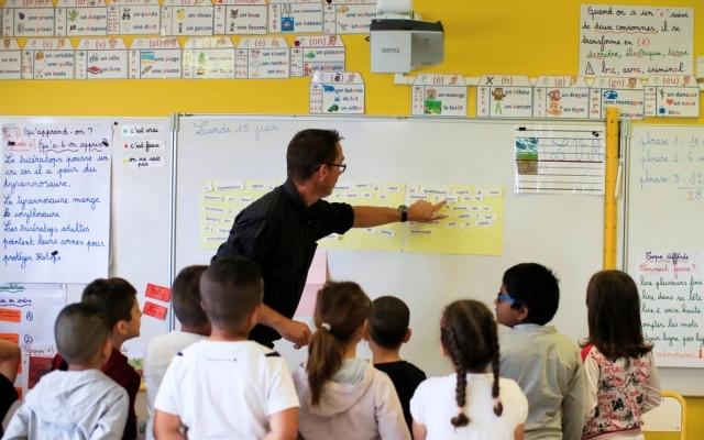 Lei proíbe uso de smartphones por crianças e adolescentes de até 15 anos na França