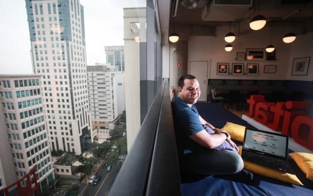 Na foto, Marcos Ramos, presidente executivo da startup Easy Credito é fotografado em um espaço de coworking na Avenida Angélica