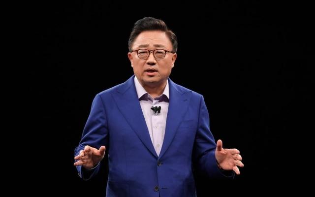 O presidente da divisão de dispositivos móveis da Samsung, DJ Koh, fala na apresentação da empresa na MWC 2018