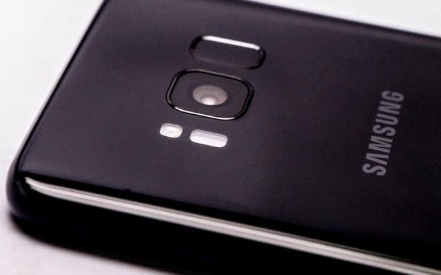 A câmera traseira do Galaxy S8 é seu principal atributo. A Samsung não seguiu o padrão do mercado de colocar duas câmeras traseiras, mas trouxe uma lente melhor que a do S7. O equipamento tem resolução de 12 megapixels e entrada de luz de f/1.7. O dispositivo não perde em nada em comparação com o iPhone 7+ e as fotos de detalhes saem boas, assim como as feitas durante a noite. A câmera frontal, apesar dos 5 megapixels de resolução, também acerta ao trazer vários filtros de imagens para tornas as selfies mais divertidas.