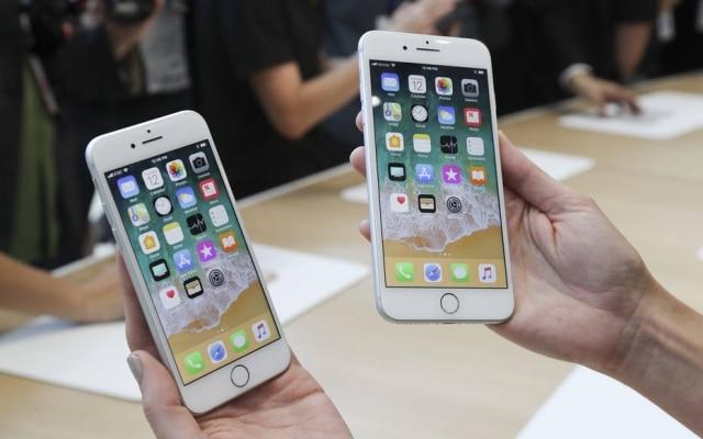 iPhone 8 e iPhone 8 Plus, lado a lado, durante o evento de lançamento da Apple em setembro de 2017