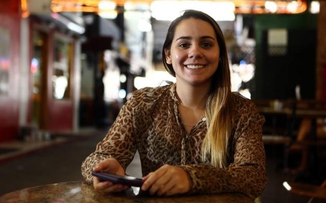 Júlia migrou do papel para o digital e só lê livros de papel quando pega emprestado
