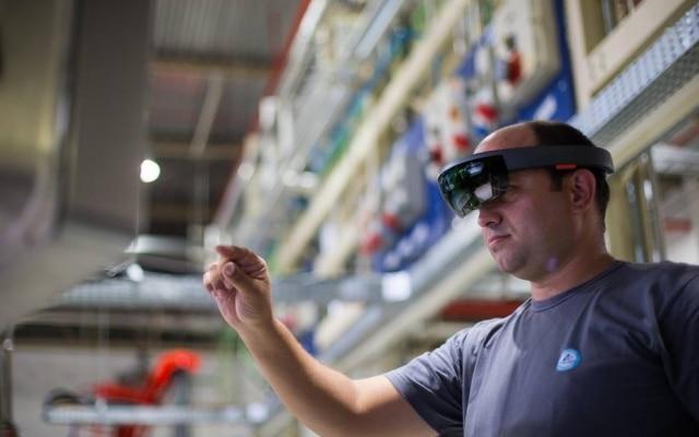 Óculos da Microsoft permitem que técnicos auxiliem funcionários à distância