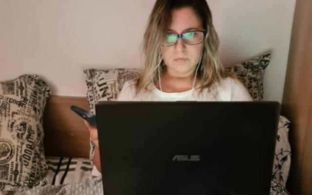 Estar conectada às redes no período da noite é comum para Milena Neves, 45