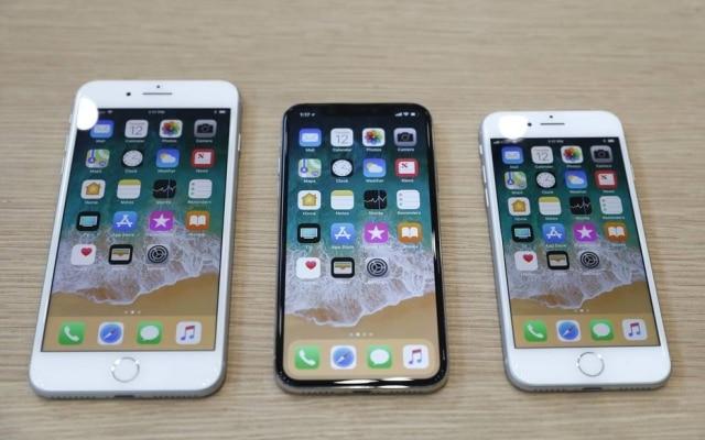 Em setembro, Apple lançou os novos iPhone 8 Plus, iPhone X and iPhone 8 (na foto, da esquerda para a direita) em um evento na sua nova sede em Cupertino.