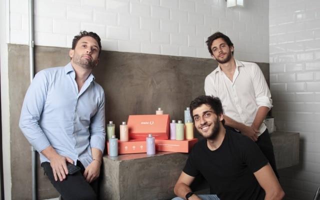 Pedro Nunes, ao lado dos sócios Lucas Barchetta e Dimitri Ribeiro: salão do pai é espaço de testes