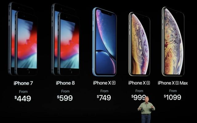O vice-presidente de marketing da Apple, Phil Schiller, apresenta a linha atual de iPhones à venda nas lojas