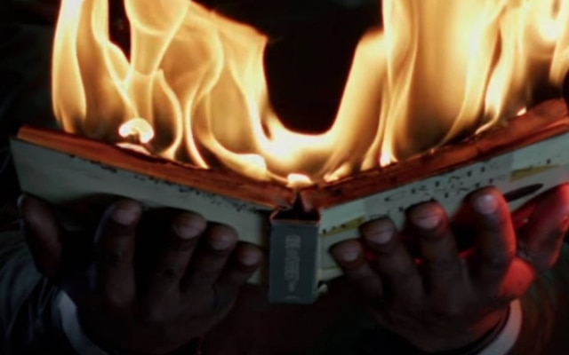 Em Fahrenheit 451, livros são queimados para evitar que os cidadãos leiam e desenvolvam censo crítico