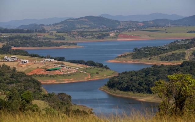 Represa em Joanópolis (SP) apresenta sinais claros da crise hídrica vivida no Brasil