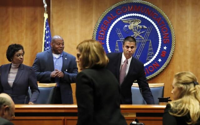 O presidente da FCC Ajit Pai à direita, durante a votação que marcou o fim da neutralidade da rede; sessão teve de ser evacuada por motivos de segurança