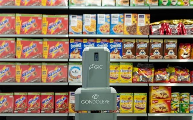 O robô enviamensagens para a administração do estoque quando detecta a falta de algum produto