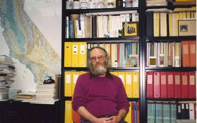 Jon Postel, pioneiro da internet, em seu escritório nos anos 1980