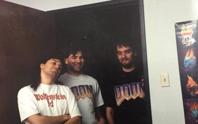 Romero, ao lado dos irmãos Adrian e John Carmack: o time de desenvolvimento de Quake, em 1996