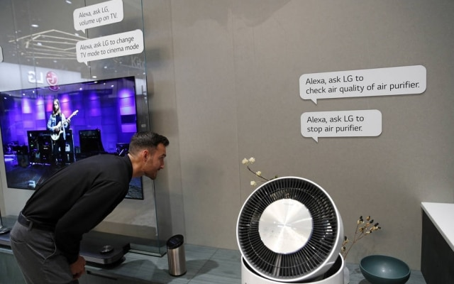 Visitante conversa com assistente pessoal Alexa para controlar purificador de ar durante CES