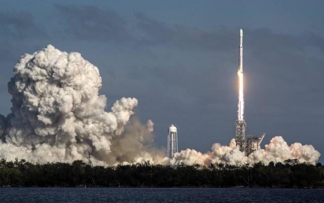 O lançamento do Falcon Heavy durou cerca de dez minutos na noite desta terça-feira, 6.