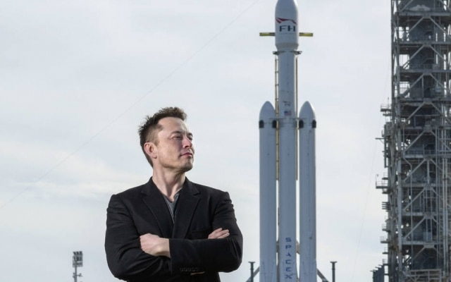 Elon Musk, fundador da Space X, posa ao lado do Falcon Heavy antes do lançamento do foguete no centro da NASA Kennedy Space Center, na Flórida