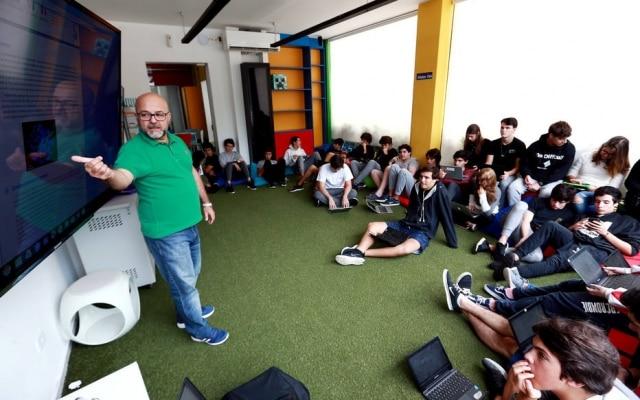 Multitela.Smartphones e laptops são usados para acesso a conteúdos em São Paulo; professores conferem tarefas e até aplicam provas remotamente, com o auxílio da tecnologia