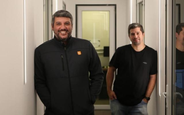 Startup Ubook, de Osso (E) e Albano, aposta na produção e na distribuição de audiolivros; audiência da empresa cresceu 50% na pandemia