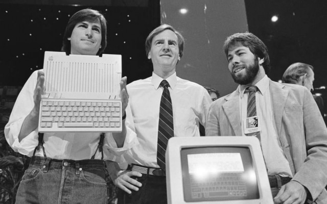 Steve Jobs, John Sculley e Steve Wozniak durante lançamento do Apple IIc