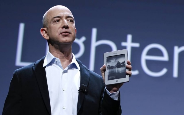 Jeff Bezos, presidente executivo da Amazon, com o leitor eletrônico Kindle