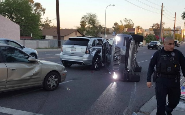 Na segunda feira, 27, o Uber voltou a colocar seus carros autônomos na rua. Na última sexta-feira, 24, a empresa havia suspendido o projeto após um de seus protótipos capotar ao colidir com outro veículo no estado norte-americano do Arizona. Depois do acidente, uma investigação foi conduzida e a empresa decidiu liberar seus carros para rodarem nas três cidades onde testa o projeto — Tempe, no Arizona, São Francisco e Pittsburgh. Segundo a polícia local, o carro pilotado por humano foi o responsável pelo acidente com o carro autônomo do Uber.