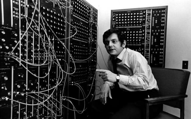 O compositor Joel Chadabe na State University of New York em Albany, onde foi contratado aos 27 para dirigir o estúdio de música eletrônica da universidade