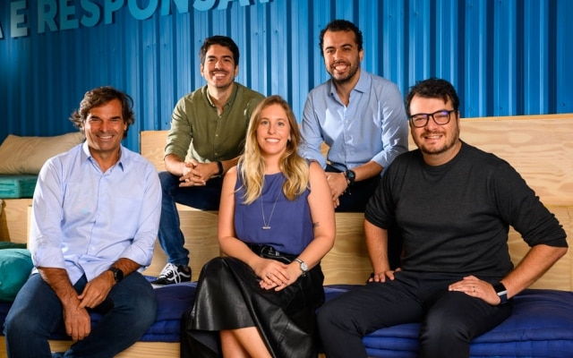 Equipe da Neon: no topo da esquerda para direita: Rafael Matos e PedroConrade (fundador da Neon); embaixo: Jean Sigrist, Carol Oksman eDaniel Mazini