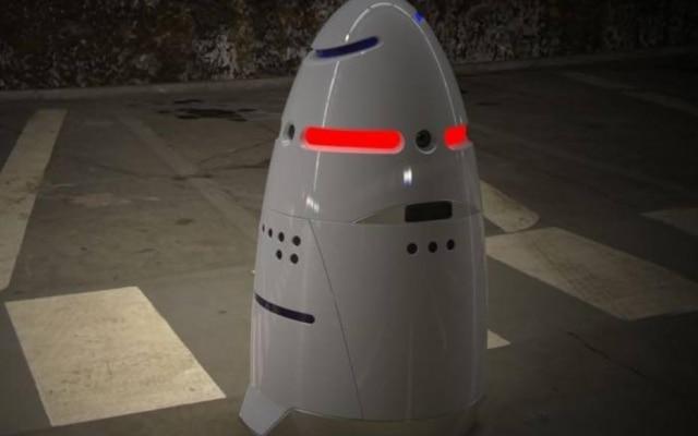 Robô K5 sofreu agressões após alertar sobre a presença de um homem bêbado na empresa que vigiava