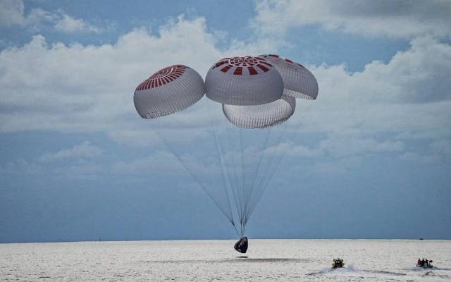 Pouso da cápsula Crew Dragon foi amortecido com paraquedas