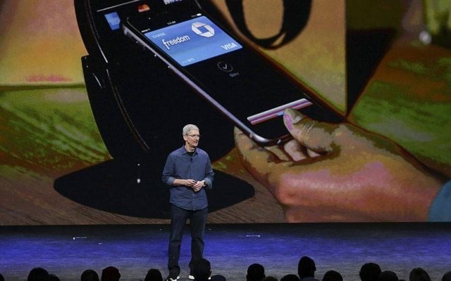 Tim Cook, CEO da Apple, demonstrando sistema de pagamento via smartphone da empresa, o Apple Pay