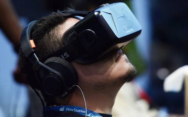 Um dos mais esperados dispositivos de realidade virtual, o Oculus Rift, do Facebook, chegouàs lojas de cerca de 20 países por US$ 599 (equivalente a R$ 2,5 mil) em abril de 2016.Para ter a experiência, o usuário precisará de um computador com grande poder de processamento. Clique aqui para ler uma análise sobre osprimeiros dias com o dispositivo.