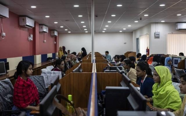 Centros de treinamento de IA lembram o ambiente de trabalho de um call center