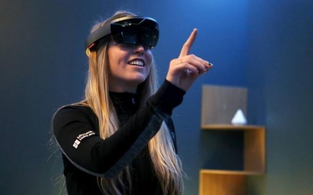 Versátil. Comandos de voz e gestos controlam os óculos