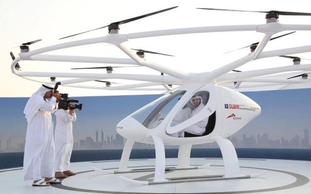 O príncipe de Dubai, Hamdan bin Mohammed bin Rashid Al Maktoum, testa um ' táxi voador autônomo', capaz de transportar duas pessoas e voar por até meia hora; cidade quer liderar inovação no transporte