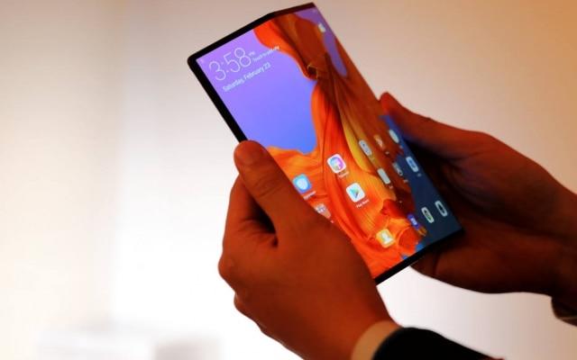 Aberto a 180 graus, o aparelho tem tela de 8 polegadas, parecendo-se um tablet