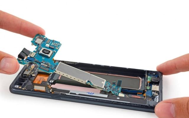 O site iFixité famoso por oferecer guias de reparos e desmontagem de dispositivos