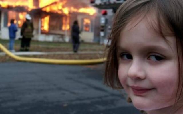 """""""Desaster Girl"""" , como ficou conhecida, é imagem recorrente nas redes sociais"""