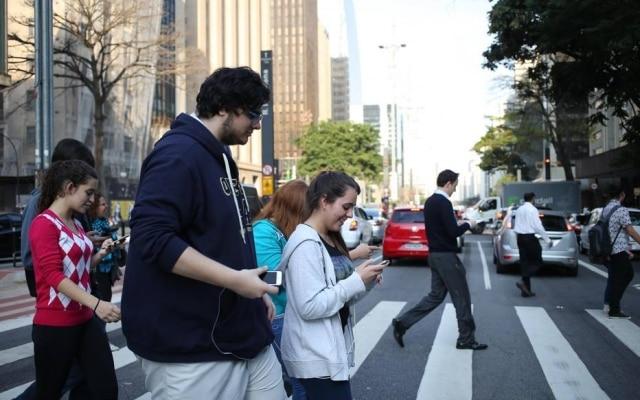 Pessoas usando smartphone na Avenida Paulista