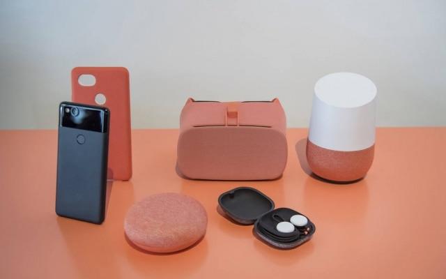 Os Pixel Buds fazem parte de uma família de dispositivos do Google, que inclui também os óculos de realidade virtual Daydream, os smartphones Pixel e o Google Home, caixa de som conectada embarcada com o Google Assistant