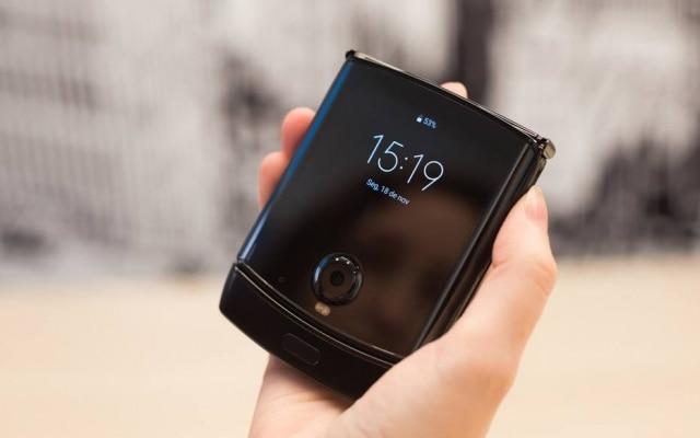 Fechado, Razr tem tela sensível a toque que pode ser usada para digitar mensagens – a experiência é limitada, porém