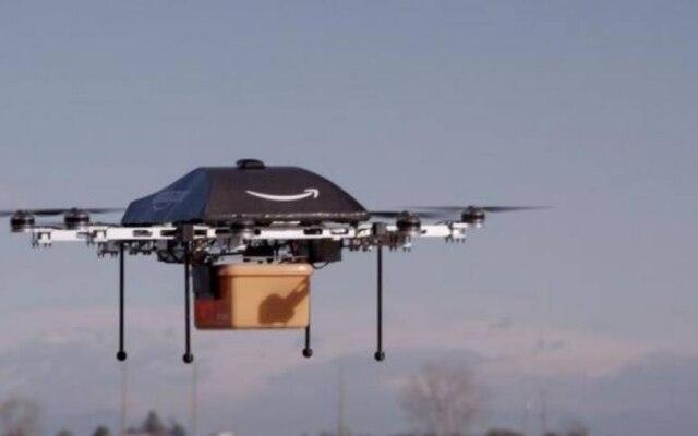 Um drone da Amazon realizando uma entrega durante testes da empresa.