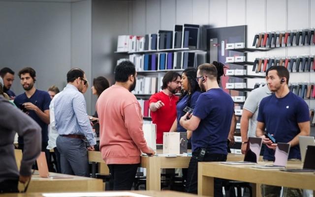 Ilha de experimentação da Apple Store, no Shopping Morumbi, chegou a ficar cheia na manhã da sexta-feira