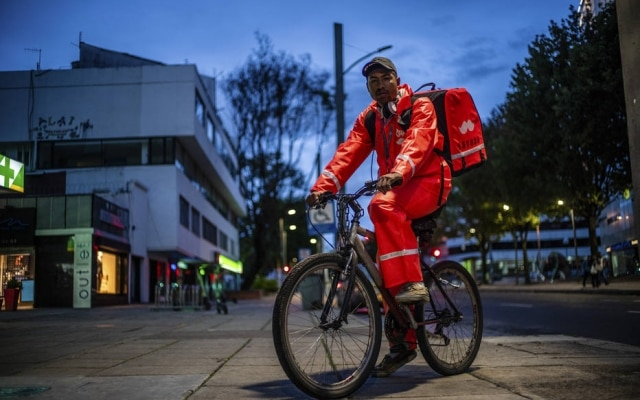 Salazar, de 26 anos, fazturnos de 17 horas para a Rappi na Colômbia