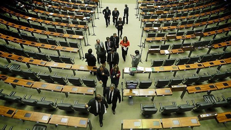 Vazio. Rodrigo Maia (primeiro da fila) deixa plenário da Câmara, seguido de deputados, após sessão sem quórum, ontem