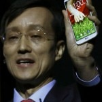 President and CEO of LG Electronics Mobile Communications Company Jong-seok Park presents the LG G2 smart phone during a news conference in New York August 7, 2013. REUTERS/Brendan McDermid (UNITED STATES - Tags: SCIENCE TECHNOLOGY BUSINESS TELECOMS)