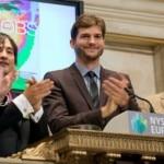 """MIA02 NUEVA YORK (NY, EEUU), 6/8/2013.- El actor Ashton Kutcher (c) hizo sonar este, martes 6 de agosto de 2013, el tradicional campanazo que da inicio a las cotizaciones en la Wall Street, donde decenas de corredores de bolsa, periodistas y curiosos se agolparon para presenciar el momento en Nueva York (EE.UU.). Kutcher revolucionó la bolsa de Nueva York al protagonizar la tradicional ceremonia de apertura de la sesión para promocionar el estreno de su última película, """"Jobs"""", en la que encarna al fallecido cofundador de Apple, Steve Jobs. Kutcher no se resistió a imitar a los corredores de bolsa sosteniendo dos teléfonos en el parqué como si estuviera ejecutando unas millonarias órdenes de compra, un mundo del que no es tan ajeno, puesto que a lo largo de los últimos años ha invertido en múltiples compañías como Skype, Foursquare, Path, Airbnb o The Hunt. EFE/Ben Hider/NYSE Euronext/SÓLO USO EDITORIAL/NO VENTAS"""